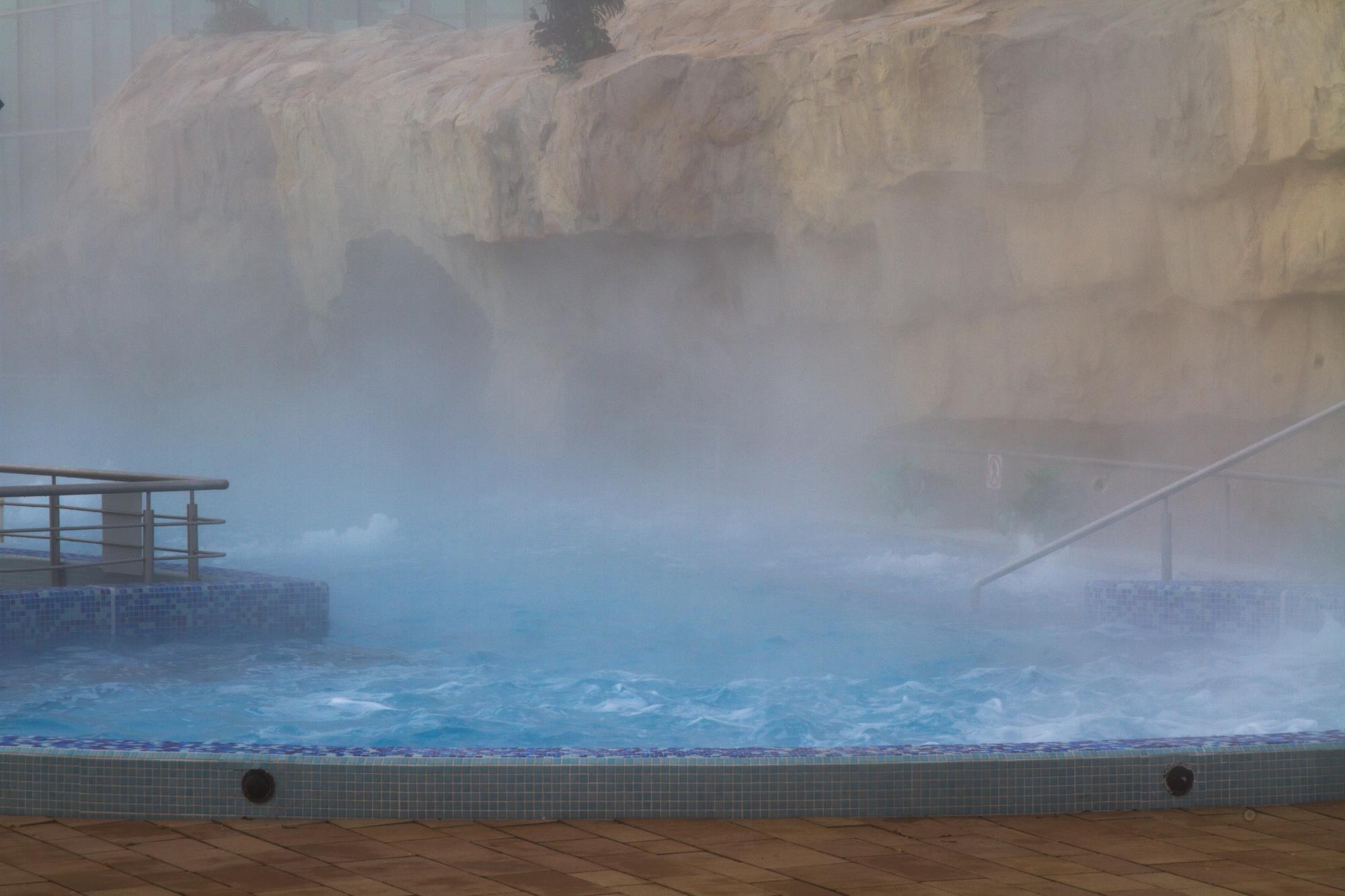 parująca woda w basenie