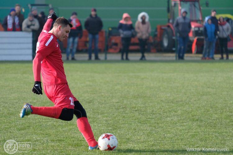Piłkarz przymierza się do strzału