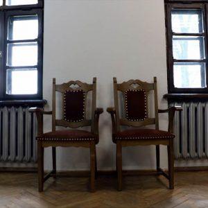 Wnętrze dworku w Uniejowie, na pierwszym planie stylowe krzesła