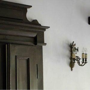 Wnętrze dworku w Uniejowie, na pierwszym planie stylowa szafa