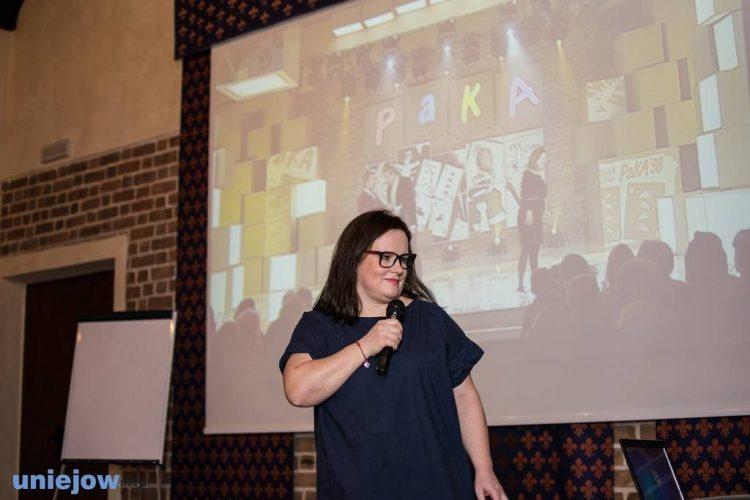 Kobieta na tle ekranu z prezentacją