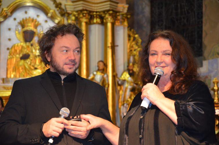 Mężczyzna i kobieta z mikrofonem, w tle pozłacany ołtarz