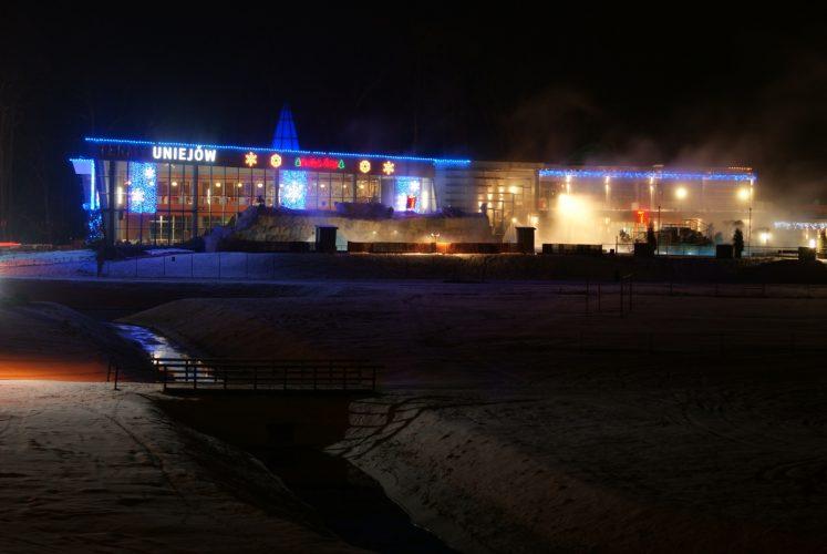 Termy Uniejów oświetlone nocą