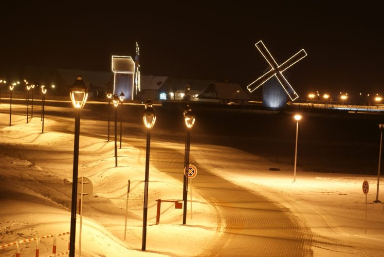 Oświetlone wiatraki zimową porą