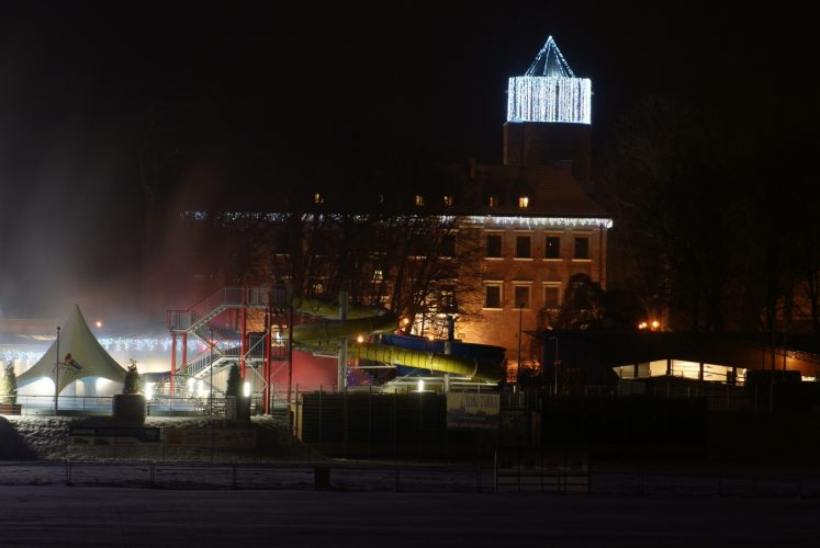 Zamek w Uniejwoe z oświetloną wieżą