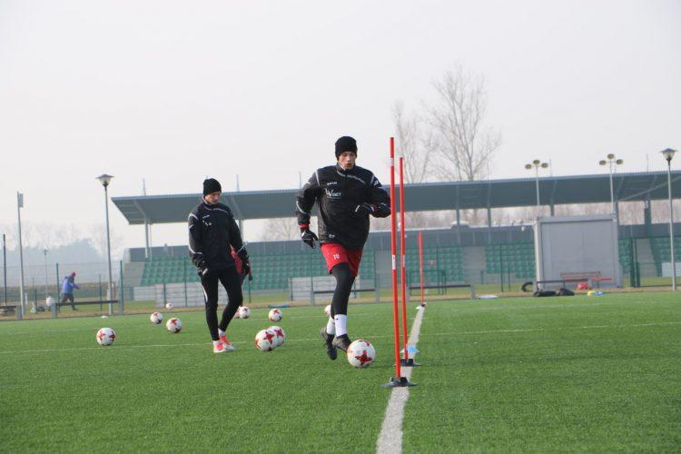 Piłkarze na treningu