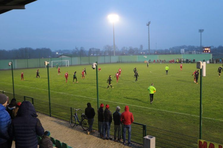 Mecz piłkarski na zielonej murawie