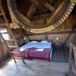 Wnętrze drewnianego wiatraka przerobionego na miejsce noclegowe