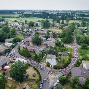 Tłum ludzi sfotografowany z drona