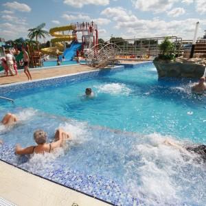 ludzie kąpiący się w basenie na wolnym powietrzu