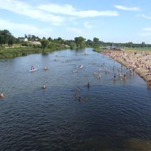 kajaki na rzece, dużo ludzi na plaży