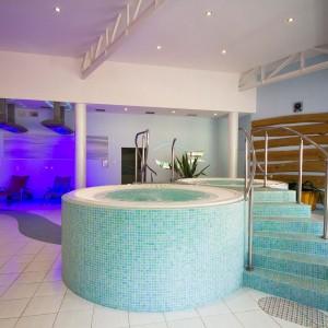 okragly basen w nowoczesnym pomieszczeniu