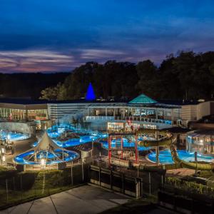 Widok na oświetlowny kompleks basenów w porze wieczornej rmy Uniejów sfotografowane wieczorem z lotu ptaka